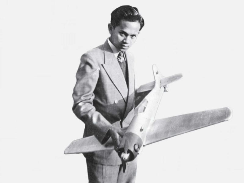 Habibie bersama Prototipe Pesawat Terbang