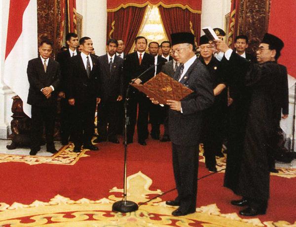 Pelantikan Presiden Habibie. Sumber Wikimedia