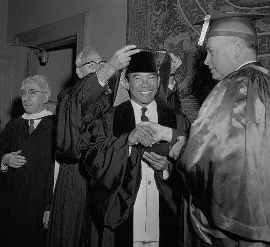 Penghargaan Presiden Soekarno pada 24 Mei 2956 di New York, Amerika Serikat.