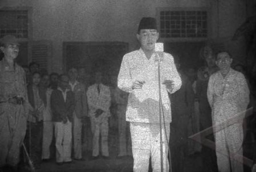 Presiden Soekarno saat proklamasi kemerdekaan RI. Sumber: Republika