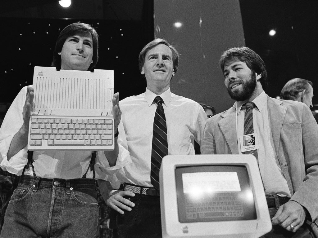 Steve Jobs bersama John Sculley dan Steve Wozniak