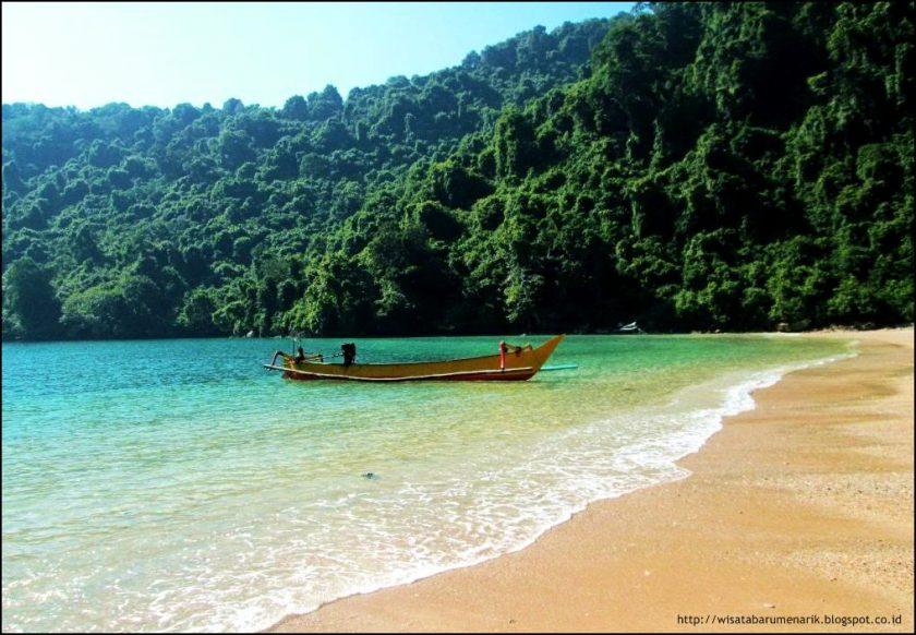 Pulau Nusa Barong, Jember. Sumber: blogspot.com
