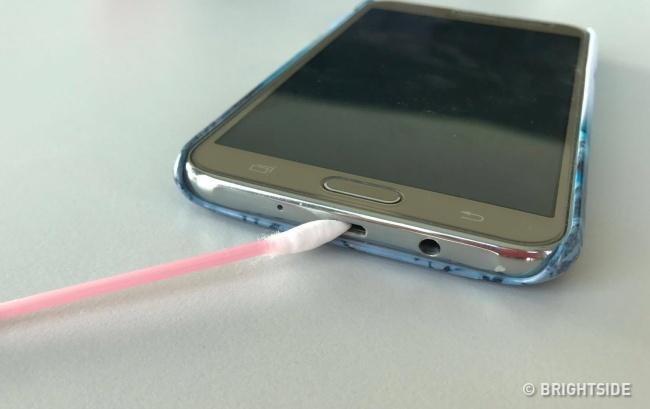 Bersihkan Charger Port Handphonemu untuk menghemat daya